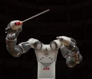 Il robot YuMi sul palco con Bocelli
